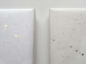 慶事用金銀振り(左)と通常包装紙